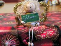 Karácsonyi pályázat - Karácsonyi ajándékkísérő angyalka - Ajándékon ülve